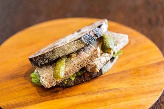 画像: ほどよい塩気と肉の旨味が詰まったパテを、贅沢にサンド