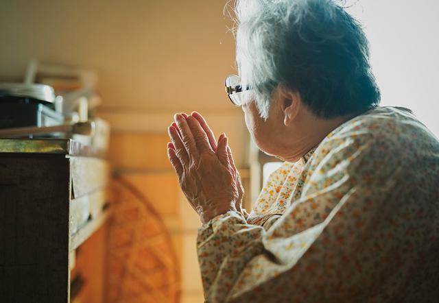 画像: 手を合わせるタミさん。「神さまのお役に立てたと思いたいのです」