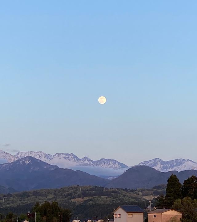画像: 立山連峰に浮かぶ満月間近の月