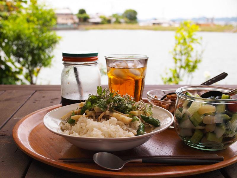 画像: 瀬戸内海を眺めながら、庭で食べるグリーンカレーは格別です。離島が臨め、野鳥も訪れ、にぎやかな景色が楽しめます。