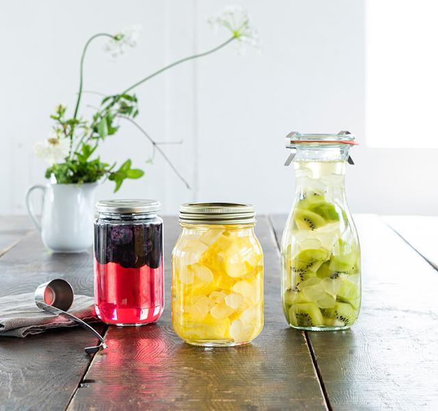 画像: ブルーベリー、パイナップル、キウイの果実酢。ブルーベリーはつくって1週間ほどたったもの。容量400mLほどの小さめのびんでつくると冷蔵庫での保存もしやすい