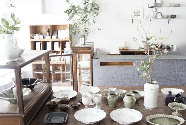 画像: 生け花は人に教えられるほどの腕前の小笹さん。季節の花をあちこちに活けた店内は、清々しい空気が漂います