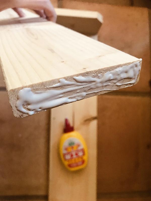 画像: 木工用接着剤をつけ、組み立てていきます。切り口は接着剤が染み込みやすいので多めにつけてください