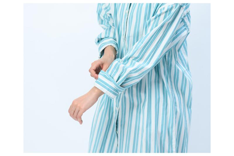 画像: 1 袖が長いワンピースなので、まず一度折り返します。