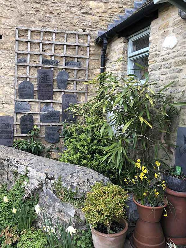 画像: 詩が掘られている石板を飾っている前庭