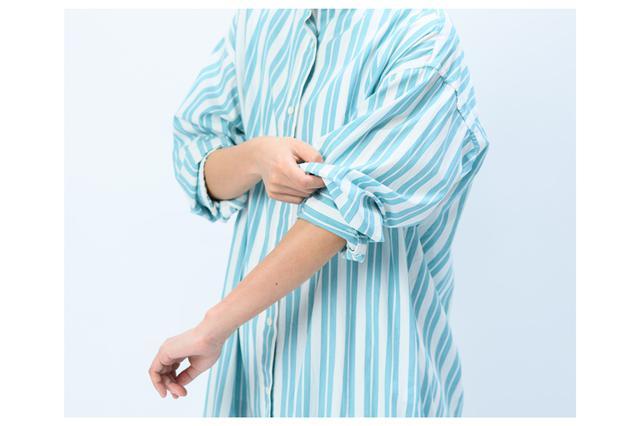 画像: 3 折り返したカフス部分に、たくし上げた袖をかぶせます。パフスリーブをつくるようなイメージです。