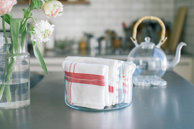 画像: 深さが浅めのガラス容器(直径22×高さ9cm)に、キッチンタオルを立てて収納