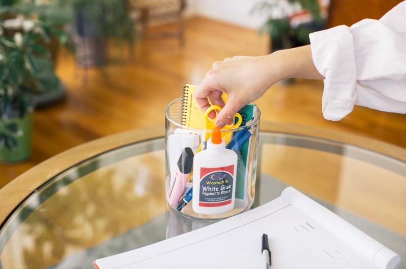 画像: 筒形のガラス容器(直径14×高さ15cm)を使えば、ごちゃごちゃしやすい文房具もすっきり