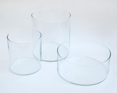 画像: 今回使ったのは、花瓶大(中)・花瓶小(左)です。 花瓶大(直径18×高さ20㎝)、花瓶小(直径14×高さ15㎝)、ボウル(写真右・直径22×高さ9㎝) 2,499円/イケア・ジャパン(イケア・ジャパン カスタマーサポートセンター☎0570-01-3900)
