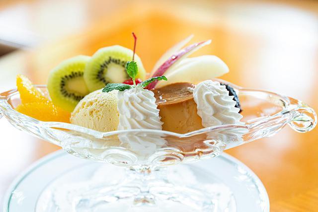 画像: オレンジ、キウイ、チェリー、りんご、プルーンの5種類が添えられる