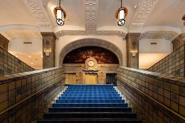 画像: 本館大階段はホテルニューグランドのシンボル