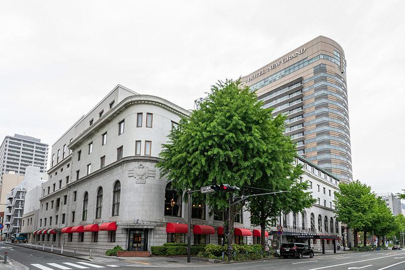 画像: 西洋風の本館(左)と、タワー館(右)からなる「ホテルニューグランド」外観