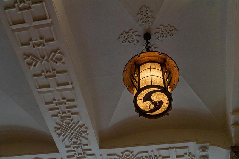 画像: 天井に吊るされた灯籠は、麻の葉模様