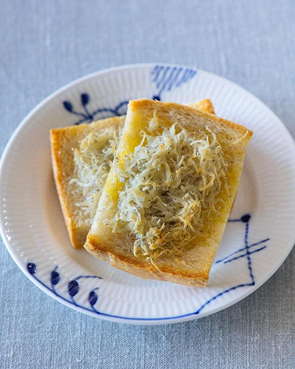 画像: しらすトーストのつくり方