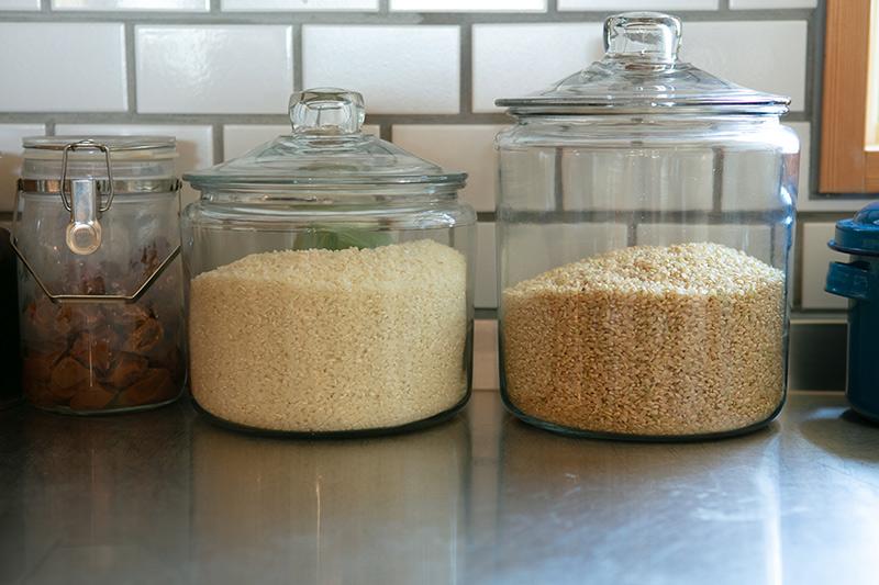画像: かっぱ橋で購入したガラスの米びつは中身が見えるので便利