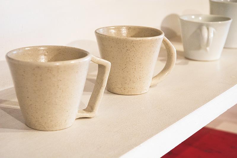 画像: 手前のマグカップは、お店のオープン時からおつきあいがあるという岩田圭介さんのもの。持ち手が大きくて握りやすく、後藤さんも愛用