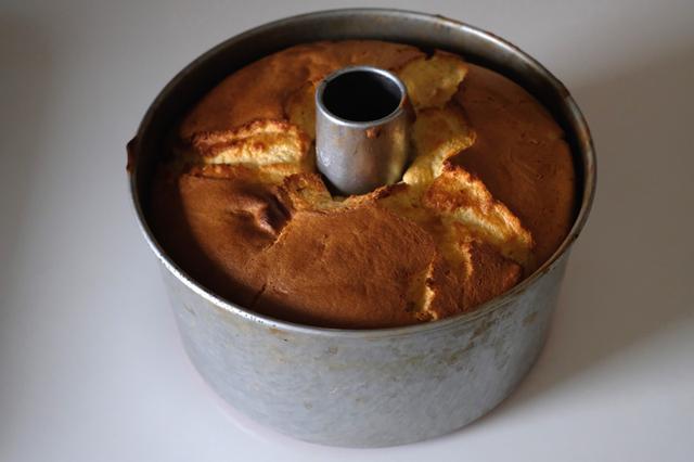 画像: 薄力粉を使ったシフォンケーキの焼き上がり