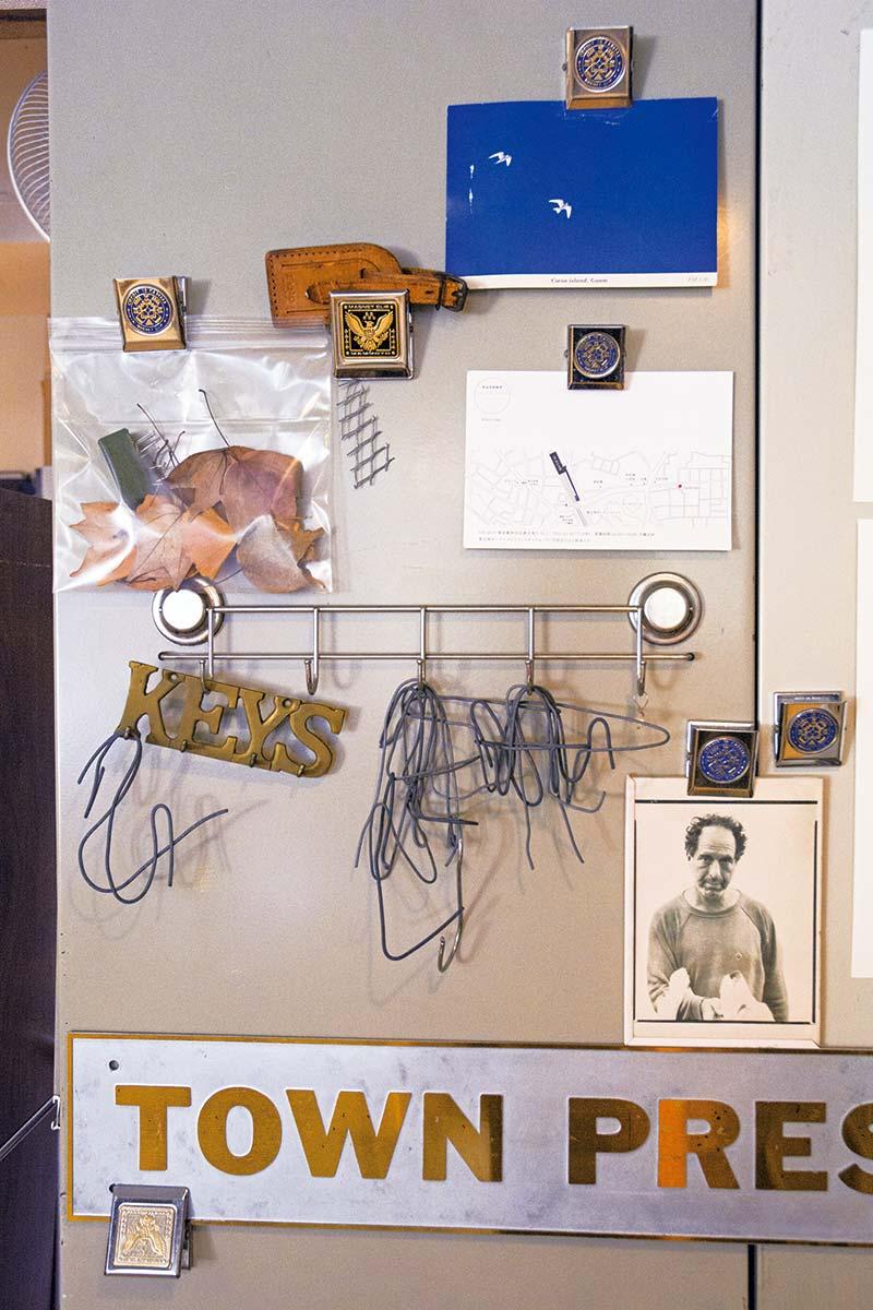 画像: 棚の横には、眸さんの気になるものが貼られている。透明の袋に入った落ち葉や、カードホルダーになるワイヤーなど、どれも素敵