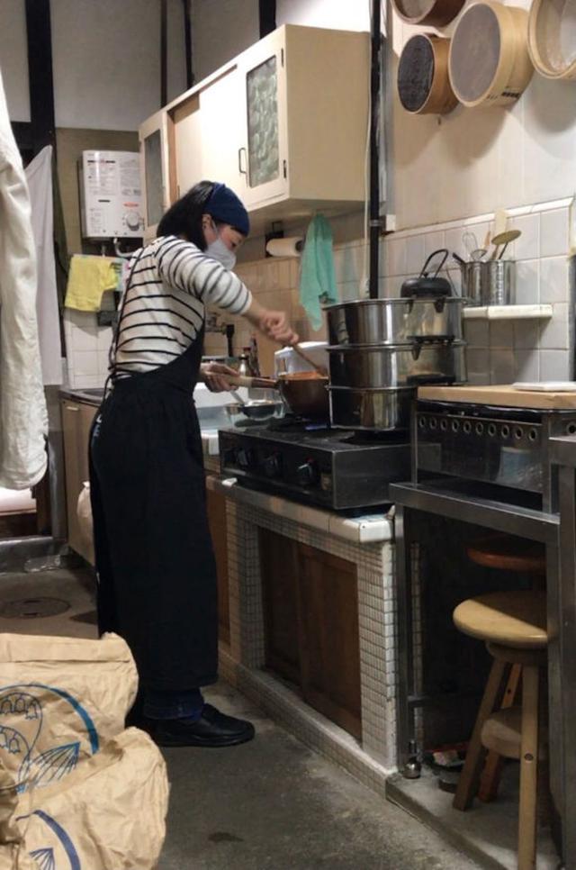 画像: 町家の走り庭にある台所で、あんこ炊きももちろん自分で