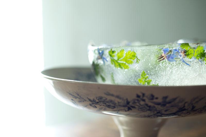 画像: 繊細なハーブの模様が美しい氷の器が出来上がります