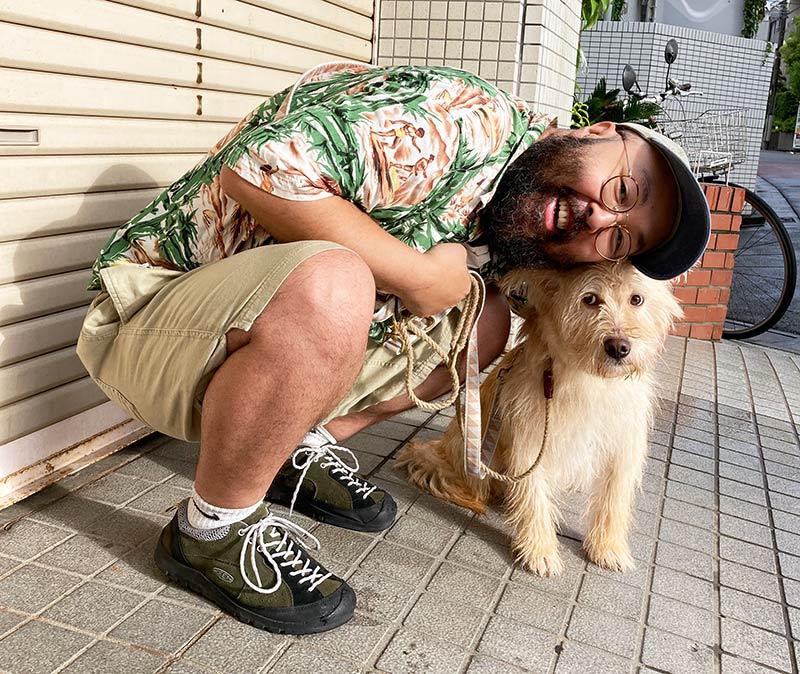 画像: 近づきたい飼い主と嫌がるアビー
