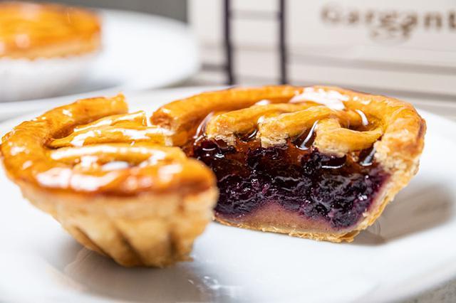 画像: 驚くほどにツヤツヤのパイは、思わず歓声をあげてしまう
