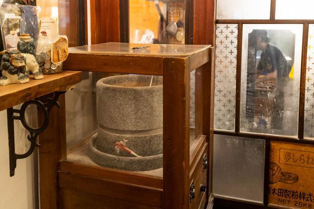 画像: 店の奥に鎮座する石臼。石臼で挽いた全粒粉は、「全粒粉のくるみパン」「カンパーニュ」などに使われています