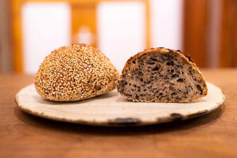 画像: 自家製のレーズン酵母とルヴァン種で焼き上げた「ごまパン」も、サンドイッチに選べます。内側に黒ゴマがたっぷり、外側には白ゴマをこれまたたっぷりまぶした、ゴマの風味豊かなパン