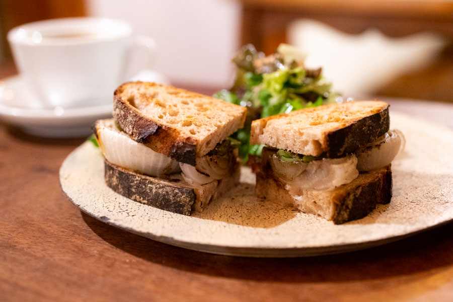 画像: この日の野菜は、新玉ねぎとスナップエンドウ。パンは「湘南小麦のカンパーニュ」でつくっていただきました
