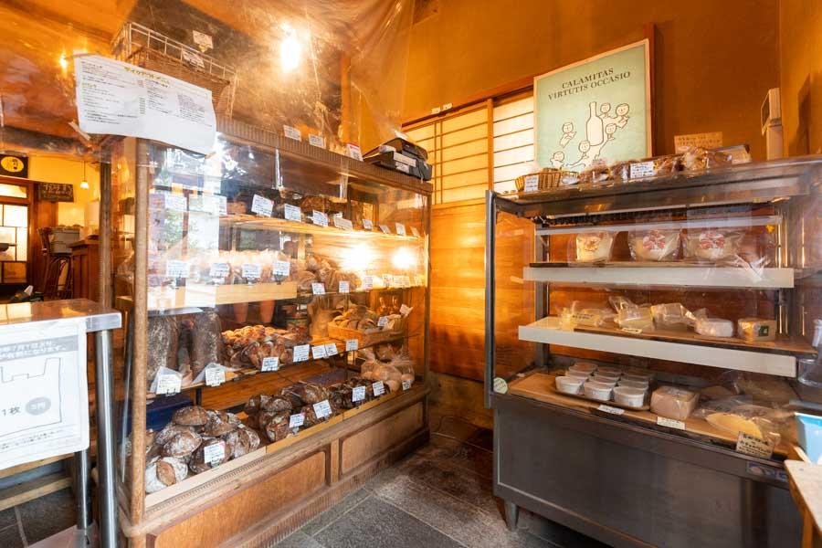 画像: テイクアウト用のパンは、開店の8時から9時頃までが最も多く揃います。夕方には品薄になるので、早めの時間に訪れて