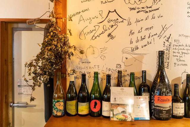 画像: 知り合った生産者たちが訪日した際に、「パーラー江古田」に立ち寄ることも多い。原田さんに宛てたメッセージが壁一面に書き込まれています