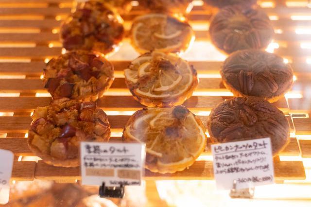 画像: 「季節のタルト」「ピーカンナッツのタルト」など、デザートにぴったりなタルトも