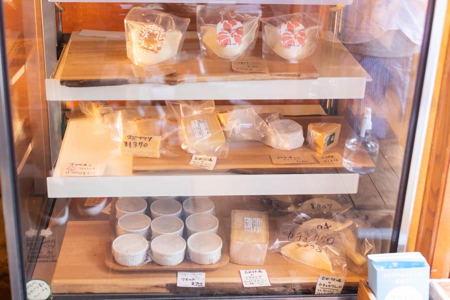 画像: 名高い料理人からも高い支持を得る「吉田牧場」のチーズ。この日は1年以上熟成させたオリジナルの「マジャクリ」や、「ラクレット」などが並んでいました