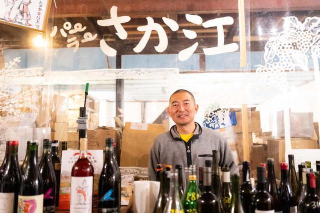 画像: 店主の原田浩次さん。「パーラー江古田」から歩いてすぐの所にオープンさせた、自然派ワインの角打ち兼販売所「パーラーさか江」にて、お話を聞きました