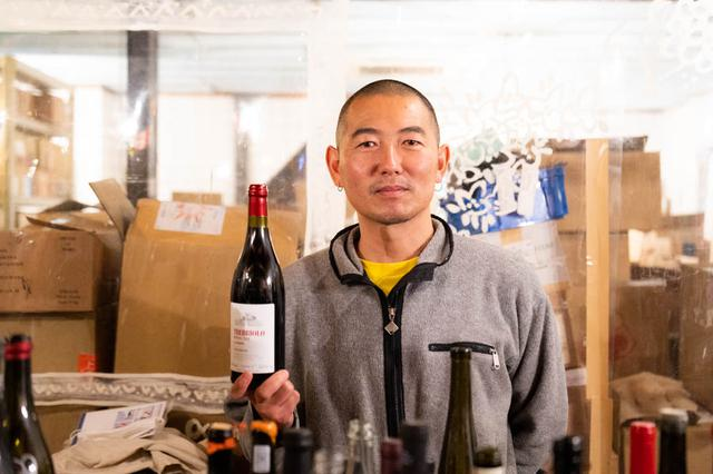 画像: 店主の原田浩次さん。パンを買ったら「パーラーさか江」に立ち寄って、おすすめのワインを教えてもらうのもいいですね