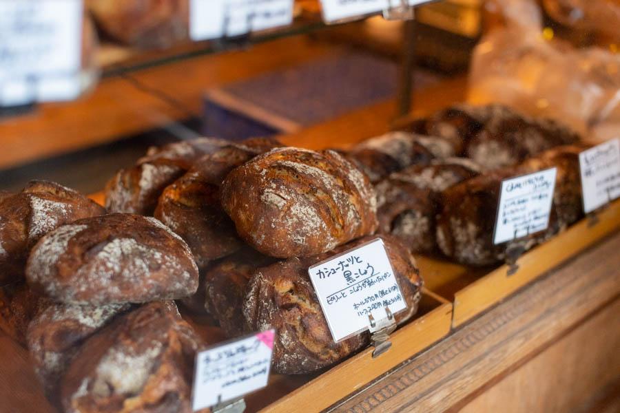 画像: テイクアウト用のパンや焼き菓子は、毎日30種類ほど揃います。ピリッとコショウが効いた「カシューナッツと黒こしょう」をはじめ、お酒に合うパンも充実