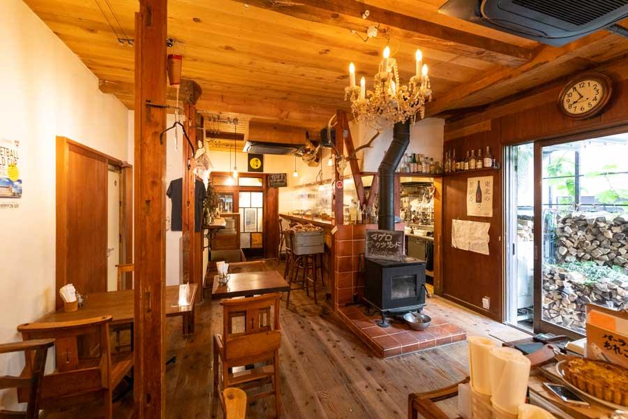 画像: 店内中央には薪ストーブが置かれ、木の風合いをいかした素敵な空間が広がります