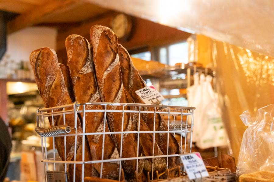 画像: 皮はパリッ、中はもっちりの「レーズン酵母のフランスパン」。すっきりしつつも、小麦の甘さがたっています
