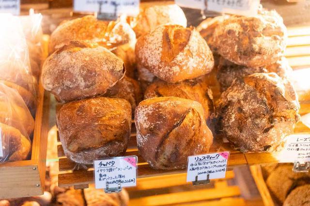 画像: バゲットをはじめ、チャバタやリュスティックなど食事パンが充実