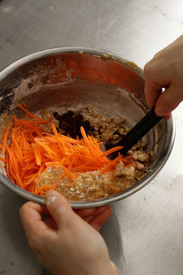 画像: 粉気が残っている状態でにんじんなどを加える。混ぜすぎると生地が硬くなるので気をつけて