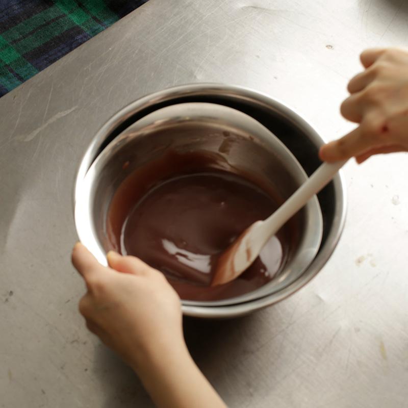 画像: 鍋のまま冷ますと時間がかかるのでボウルに移す。湯気が出なくなればOK。冷やしすぎると一気に固まるので注意。写真はこしあんを使用