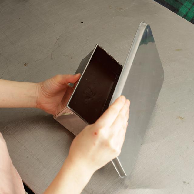 画像: バットの代わりにひと回り大きい皿でも。スムーズに取り出せない場合は、もう一度ナイフを差し込み、空気を入れる。写真はイメージ