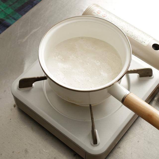画像: 泡立て器で混ぜて粉寒天を溶かしてから火にかける。煮るときはゴムべらで混ぜながら煮て