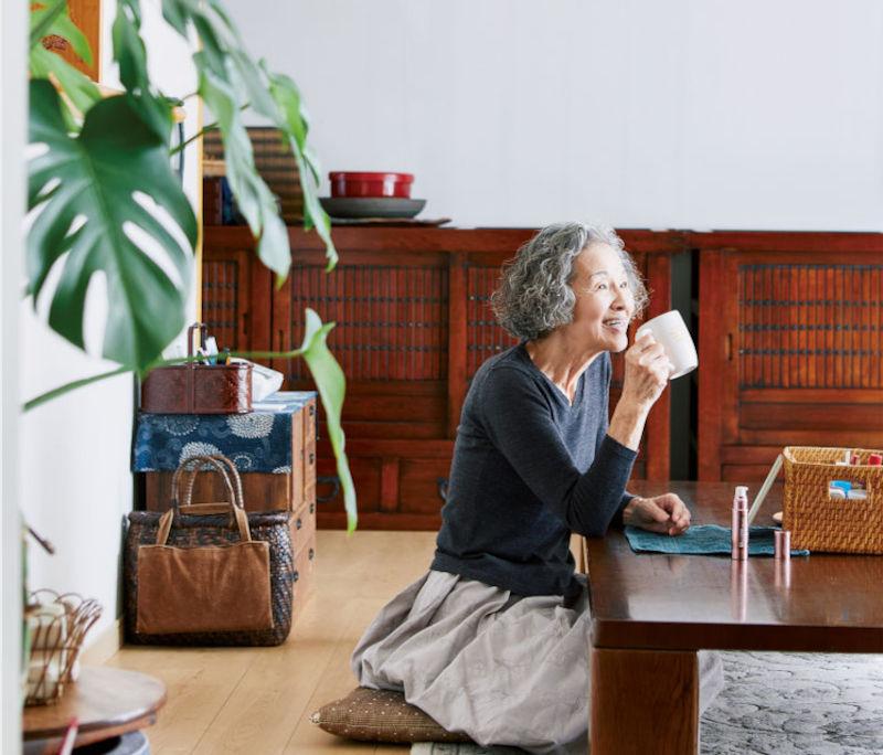 画像: スキンケア用品が入った箱を居間のテーブルに置き、小さな鏡を立てかけたら準備完了