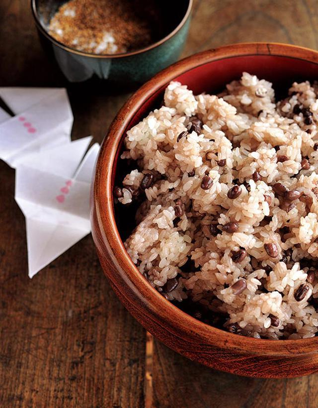 """画像: 房子さんお手製のお赤飯。ごま塩は""""ふくらスズメ""""という折り方のかわいらしい袋に入っていた"""