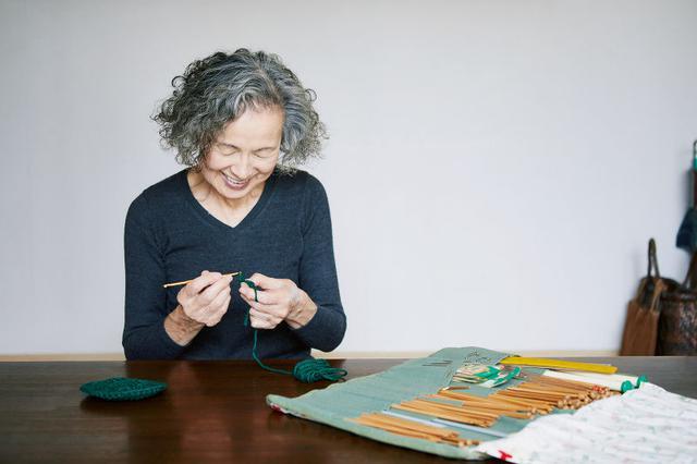 画像: 「アクリルたわしはかぎ針で編めて気軽です」。編み棒ケースは40代のころに手づくりした