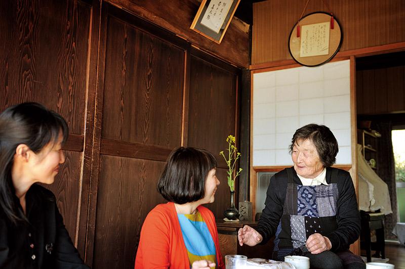 画像: 堀川さんにやさしく話しかける房子さん。左が、今回のきっかけをつくってくれた信清さん