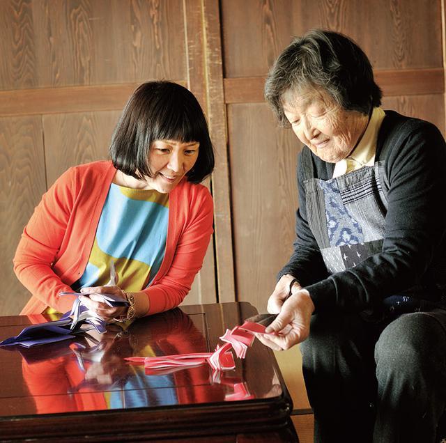 画像: 「房子さんから直接、手ほどきを受けられるなんて幸せです」と、うれしそうな堀川さん