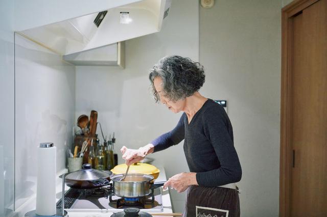 画像: 夕食時にすべての料理がタイミングよく仕上がるよう、煮ものなど、先につくれるものはつくっておく