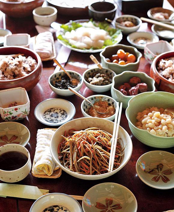 画像: テーブルに並べられたごちそう。おかずから調味料にいたるまで、すべてが杉田家の手づくり。食材に使っている野菜も、杉田さんの畑でとれたものがほとんど